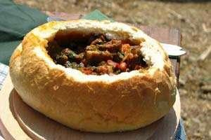 Bistrița-Năsăud: Gulaș vânătoresc cu carne de mistreț, servit în pâine