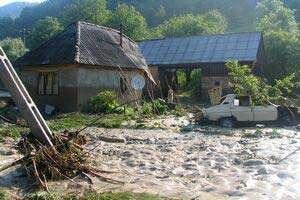 Bistriţa-Năsăud: Rupere de nori în comuna Romuli; locuinţe şi drumuri afectate de viitură