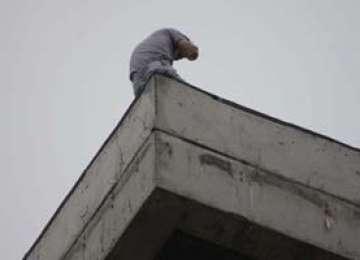BORŞA: Un bărbat beat a vrut să se arunce de pe un bloc