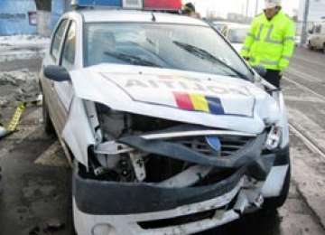 BORŞA: Un şofer beat a lovit maşina poliţiei, un om al legii fiind rănit