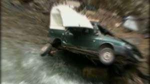 BORŞA: Un tânăr a ajuns la spital după ce a căzut cu maşina în râul Vişeu de la o înălţime de şase metri