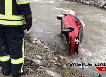 BORȘA - BEAT CRITA LA VOLAN: Un bărbat a plonjat cu mașina în râu