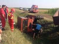 BOTIZA: Bărbat accidentat grav după ce s-a răsturnat cu tractorul