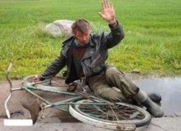 BOTIZA: Un bărbat beat a căzut de pe bicicletă şi s-a accidentat