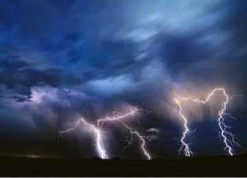 Budești - Un șopron a fost trăsnit de fulger și a luat foc