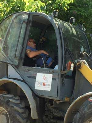 CANICULĂ LA SIGHET - După muncitorii care dorm, cei care răstoarnă utilajul în șanț, apare și somnorosul de pe buldoexcavator