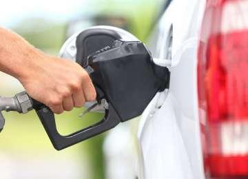 Carburanții s-au scumpit de trei ori într-o săptămână. Fără supraacciză