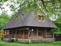 Casele de lemn din Maramureș dispar una câte una. Se construiesc altele, mari, colorate