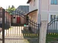 """Casele tradiționale din Maramureș, """"renovate"""" cu inox, termopan și betoane. Cum dispare arhitectura unică a zonei"""