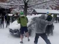 CAVNIC: Doi minori care au aruncat cu bucăţi de gheaţă şi zăpadă într-un autoturism, cercetați pentru distrugere