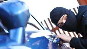 CAVNIC: Patru tineri au furat un autoturism, s-au plimbat cu el prin oraș după care l-au abandonat pe o stradă