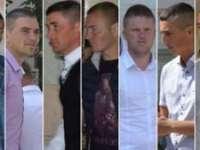 Cei șapte tineri din Vaslui acuzați de viol, susținuți de localnici; oamenii au aruncat cu PET-uri în ziariști