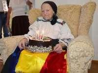 Cinci maramureșeni care au împlinit vârstă de 100 de ani, premiați de către autorități