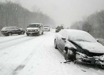 Circulaţi prudent pe drumurile acoperite cu zăpadă, gheaţă sau polei! Două accidente în Maramureș din cauza zăpezii