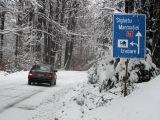 Circulaţie de coşmar în Maramureş. Restricții de tonaj în Pasul Gutâi, vineri dimineaţă, din cauza ninsorii