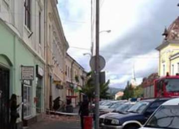 Clădirea Poștei din Sighetu Marmației, pericol pentru cetățeni. Zeci de cărămizi au căzut pe trotuar