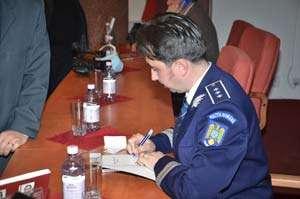 """Comisarul şef de poliţie Paul Chende şi-a lansat cartea ,,URMELE ARMELOR DE FOC"""""""
