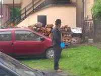 Comportament de țăran în municipiu - Bărbatul din imagine s-a ușurat în plină stradă, deși zona era intens circulată