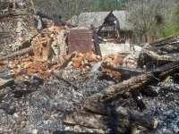 CONFLICT LA DRAGOMIREŞTI - Localnici nemulţumiţi au dat foc unui canton silvic