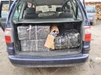 CONTRABANDĂ: Autoturism indisponibilizat şi 5.907 pachete cu ţigări confiscate de poliţiştii din Vişeu de Sus (FOTO)
