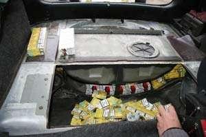 CONTRABANDA: Doi cetățeni români și un ucrainean prinși cu 15.000 pachete țigări, la frontieră