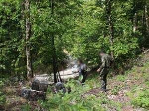 CONTRABANDĂ: Focuri de armă şi peste 16.000 de pachete cu țigări confiscate în munţii din Maramureş