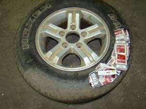 CONTRABANDĂ: Ţigări ascunse în roata de rezervă a unui autoturism şi în recipiente din plastic