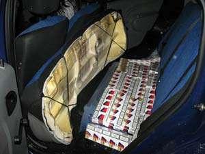 CONTRABANDĂ: Ţigări descoperite în bancheta şi pereţii laterali ai unui autoturism