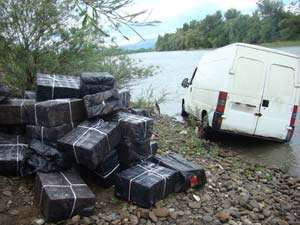 CONTRABANDĂ: Mașină abandonată în râul Tisa, cu 27.000 de pachete de țigari la bord