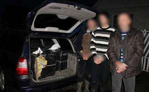 CONTRABANDĂ: Trei bărbați din Bocicoiu Mare și Bistra, prinși în timp ce transportau 2.000 pachete de țigări cu mașina