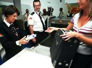CONTROALE mai stricte în aeroporturile din UE: Echipamente speciale pentru controlul lichidelor din bagajul de mână