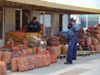 CONTROL: Aproximativ 250 kg de legume şi fructe confiscate de poliţiştii maramureșeni