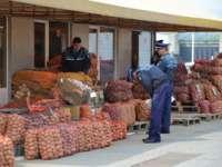 CONTROL: Legume, fructe și produse alimentare în valoare de aproape 3.000 de lei confiscate de polițiști