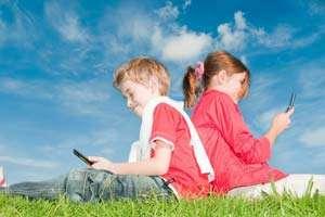 Copiii care folosesc prea mult timp telefoanele mobile sunt mai puţin sociabili