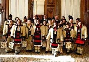 """Copiii din Ansamblul """"Mugurelul"""" din Sighet l-au colindat pe Crin Antonescu"""