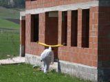 Coşmarul unui agricultor din Bistriţa care-şi ara terenul la 3.00 noaptea: a găsit un om bântuind pe dealuri după ce a fost împuşcat de şase ori