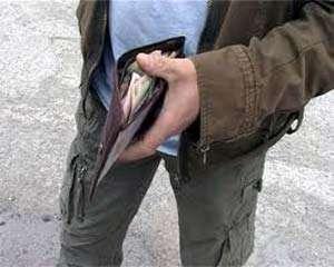 Cum a reuşit un român să fure bani din portofele unor germani, chiar în faţa lor
