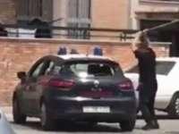 VIDEO - Cum să faci PRAF o mașină de poliție cu o BÂTĂ!