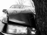 CURSĂ MORTALĂ - Un tânăr a murit după ce s-a izbit cu maşina de un copac