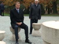 """DE RÂSU-PLÂNSU - Klaus Iohannis, """"Muțenia Pământului"""", despre incidentul din weekend de la Masa Tăcerii: """"Dacă Brâncuși nu ar fi vrut să se așeze nimeni pe scaune, probabil nu le punea într-un parc public, ci în muzeu închis"""""""