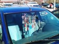 Deputaţii vor să interzică cruciulițele și odorizantele de pe parbrize