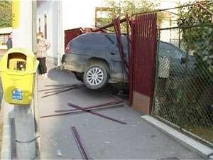 Deşi nu deţine permis a condus un autoturism cu care a intrat în gardul unui imobil