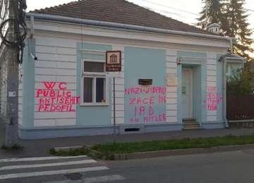 """Detalii noi apar în cazul vandalizării Casei memoriale """"Elie Wiesel"""" din Sighet: Autorul este recidivist. S-a comandat vandalizarea?"""