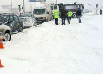 Dezastru pe şoselele din România după ninsorile din ultimele 24 de ore