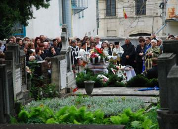 Doar în Vaslui - Autoritățile au ridicat mortul chiar în timp ce preotul îi făcea slujba de înmormantare