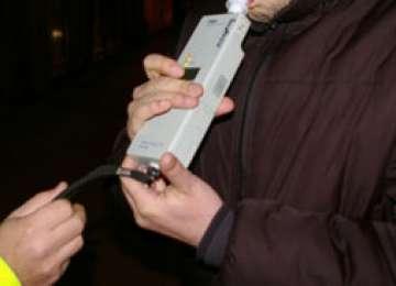 Doi bărbaţi aflaţi sub influenţa alcoolului depistaţi în trafic de poliţiştii maramureşeni. Unul dintre şoferi a provocat un accident de circulaţie