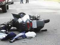 Doi tineri au fost răniți după ce s-au răsturnat cu mopedul într-un șanț