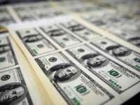 Dolarul a explodat la cursul oficial. Va creşte preţul carburanţilor