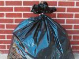 Dosar penal pentru o femeie care sorta gunoiul şi şi-a însuşit 9.000 de euro găsiţi într-o haină