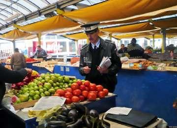 Două tone legume-fructe şi bunuri în valoare de 6000 de lei, confiscate de poliţişti